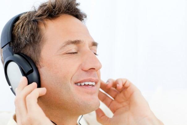 hombre escuchar