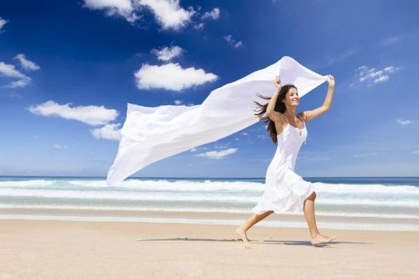 mujer playa viento meditar