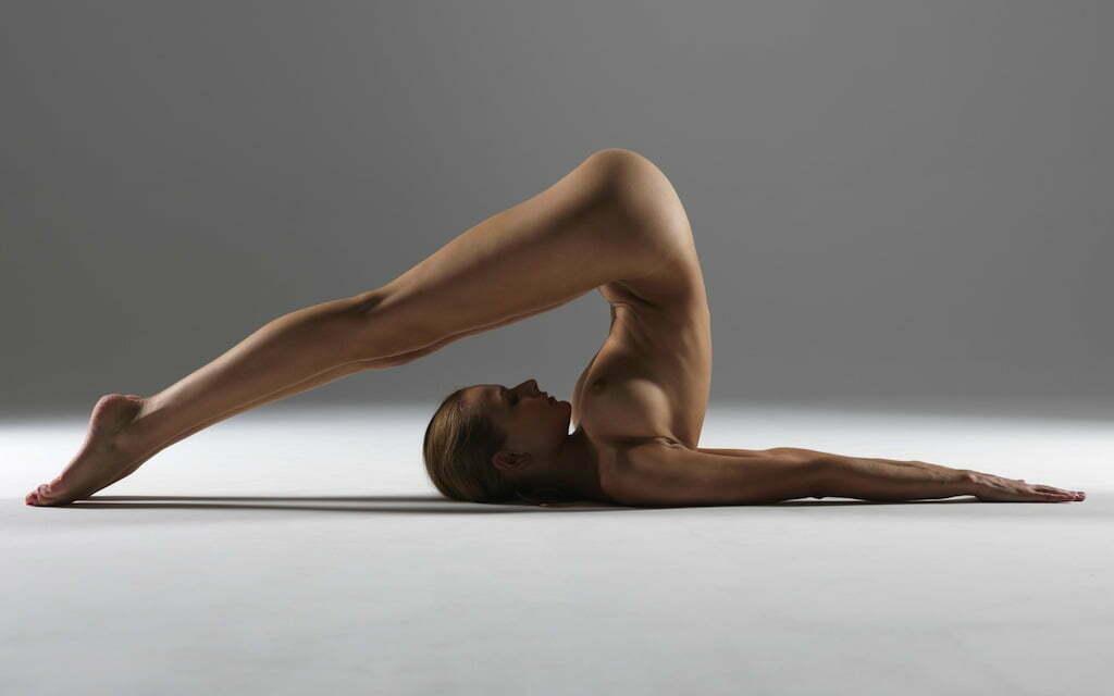 текли неспешно, фото йога девушки голые даже