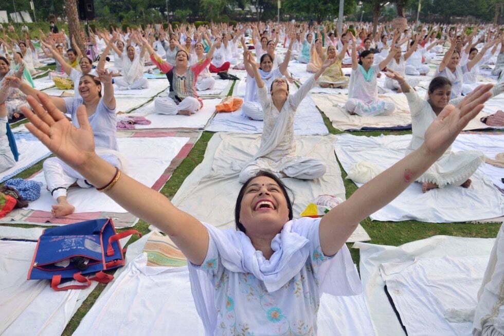 Sesión de yoga en Amritsar (India). NARINDER NANU (AFP). Publicada por www.elpais.com