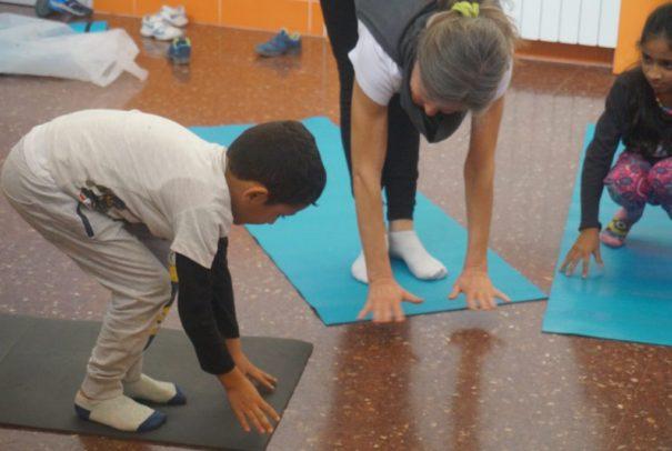 La Fundación Pere Tarrés y la Fundación DiR han puesto en marcha un taller  de yoga para mejorar el bienestar de los niños que viven en situación de ... 1092c60b38c1